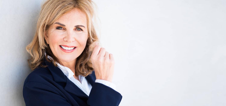 Portrait einer attraktiven, älteren Frau mit positiver Ausstrahlung